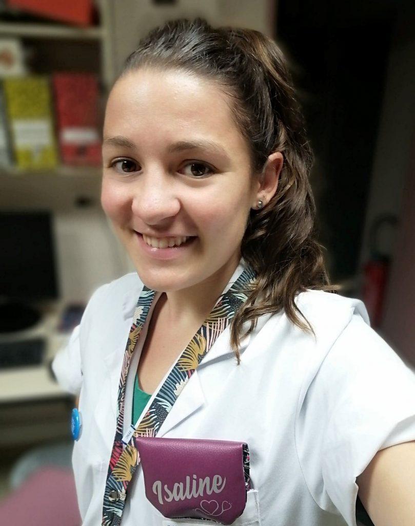Photo de la trousse infirmière Elo portée par une aide soignante