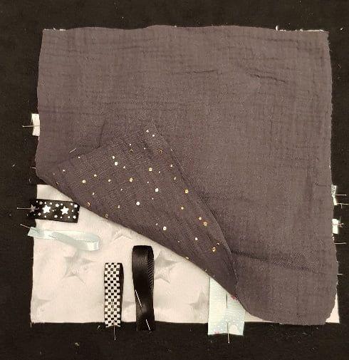 Recouvrir avec le deuxième carré de tissu