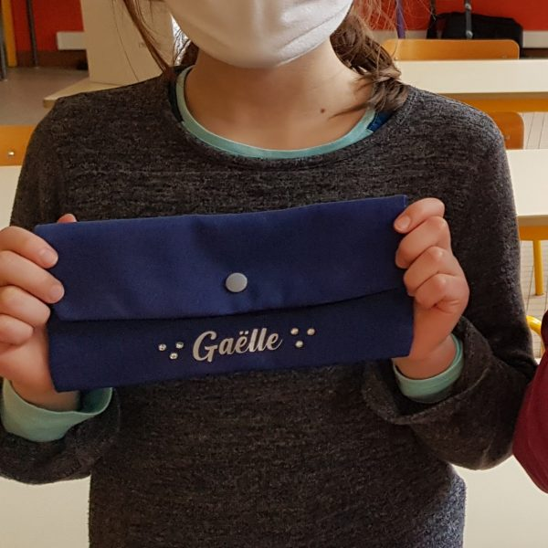 Prénom en flex sur pochette à masque